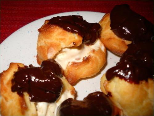 Profiteroles vanille pacane, sauce chocolat