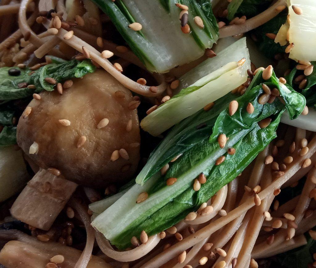 gros plan sur Pota (bok choy) et champignons au sésame